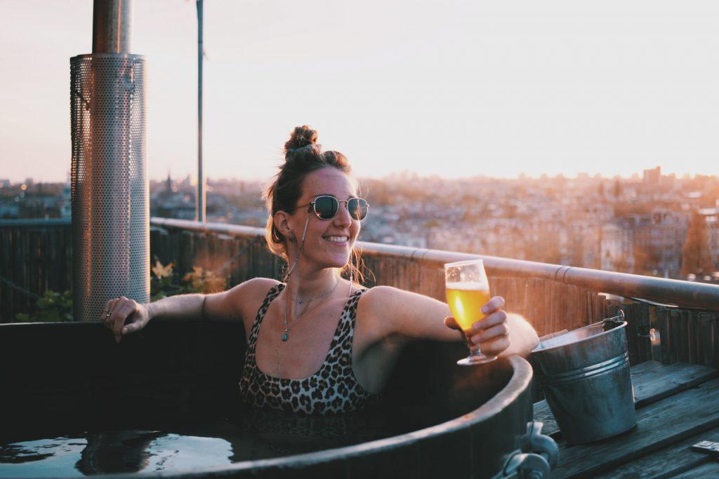 Volkshotel hottub Amsterdam hotel weekendje weg Solon Travel bier view